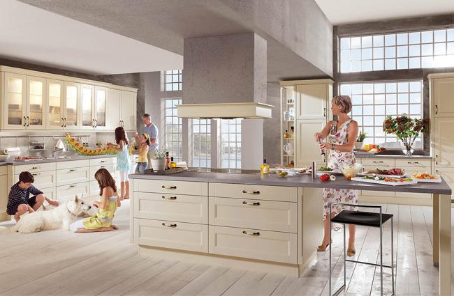 Einbauküche mit großer Kochinsel