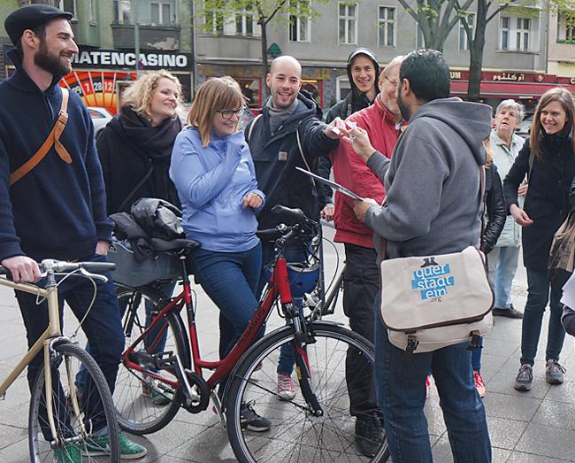 Tourguide und Teilnehmer