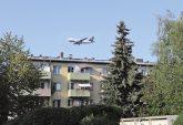 Flugzeug über Wohnbebauung im Landeanflug