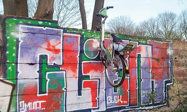 Leserfoto Mai 2017 - Leihfahrrad hängt an Mauer mit Graffiti