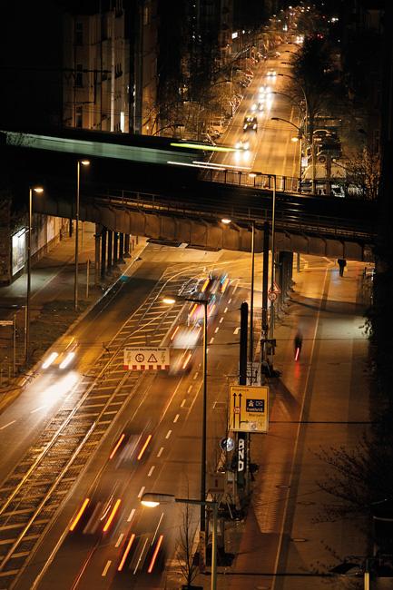 Innerstädtische Hauptstraße bei Nacht