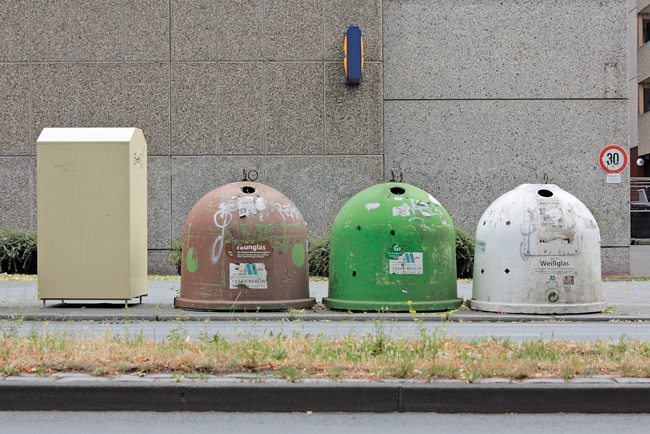 Altglas-Iglus, braun, grün, weiß