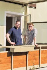 Jannik Janßen und Marty Tschammer auf ihrem Balkon