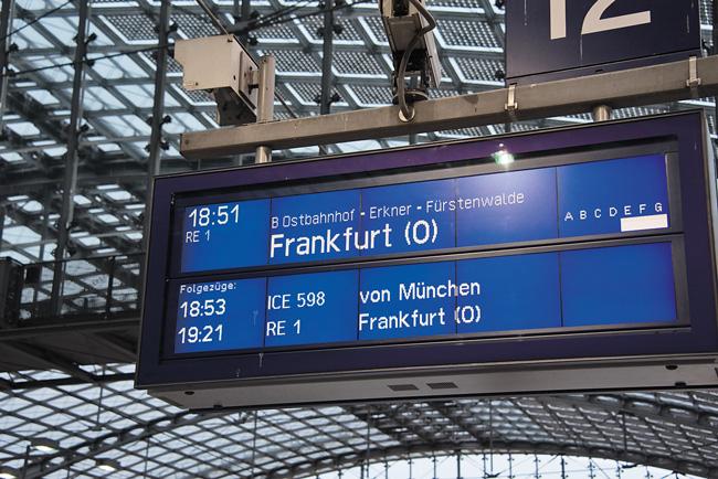 Bahnhofs-Infotafel für Regionalexpress nach Frankfurt (O)
