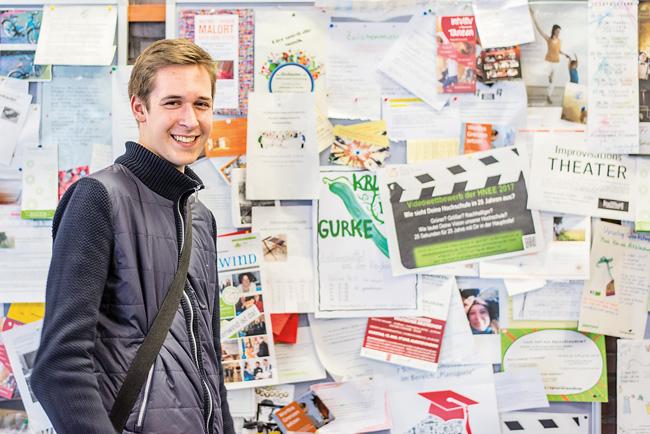 Fabian Kipsch vor studentischer Infotafel