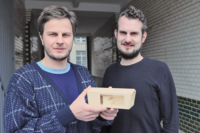 Architekten Andreas Rauch und Simon Becker mit Hausmodell 'Cabin Spacey'