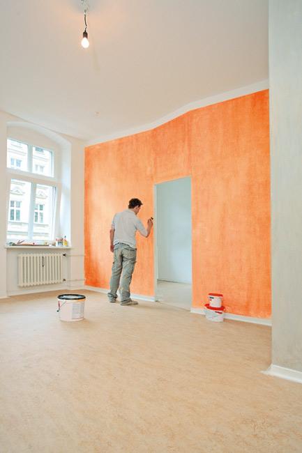 Maler beim Anstreichen einer neu eIngebauten Zwischenwand