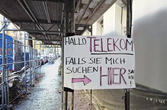 Leserfoto Juni 2017 - Hinweisschild für die Telekom unter einem Baugerüst