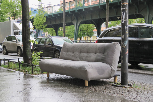 Auf dem Bürgersteig abgestelltes altes Sofa