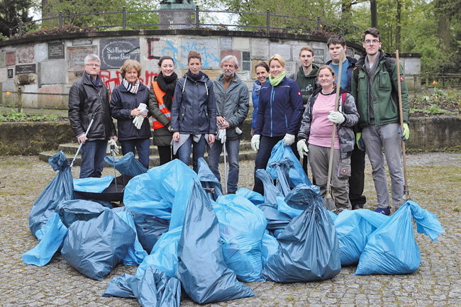 Mitarbeiter bei Müllräumaktion am Neuköllner Jahn-Denkmal