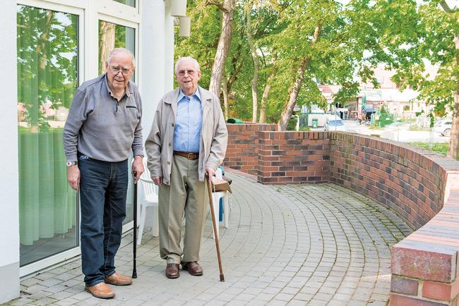 Hans-Joachim Höppner (rechts) vor der Seniorenresidenz