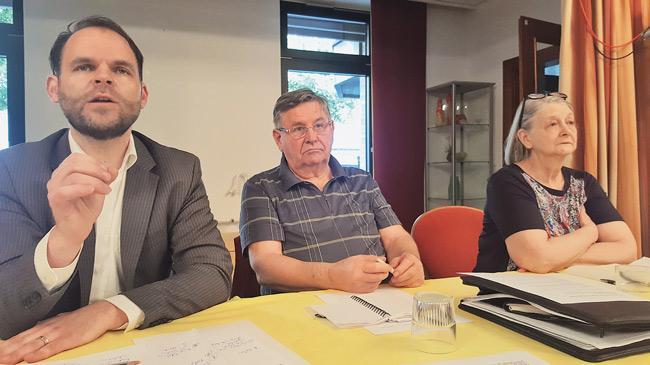 Steve Rauhut (Linke) sowie die Bezirksaktiven Wilfried Jugl und Ursula Loesch