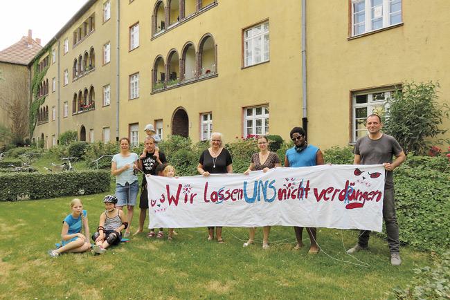 Mieter mit Protesttransparent gegen Verdrängung