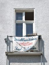 Protestplakat am Balkon in der Großgörschenstraße