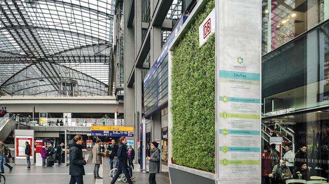 Mobile Mooswände im Berliner Hauptbahnhof