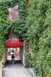 Begrünte Fassade mit Durchgang zum Innenhof