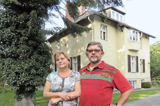 Ehepaar Möller vor dem Zweifamilienhaus im Stölpchenweg
