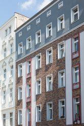 Fassade mit neu eingesetzten Fenstern