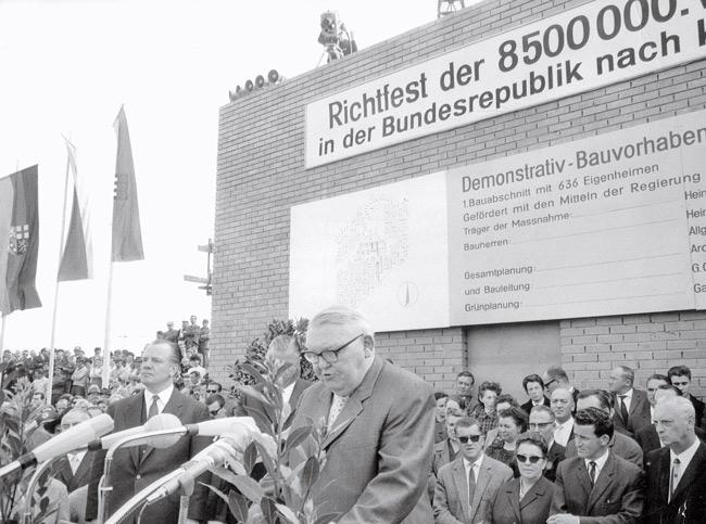 Bundeskanzler Ludwig Erhard beim Richtfest für den Bau von Eigenheimen