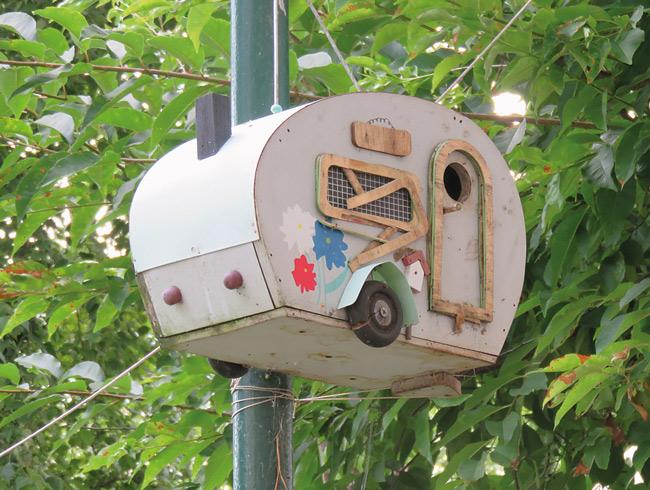 Miniatur-Wohnwagen als Vogelhäuschen