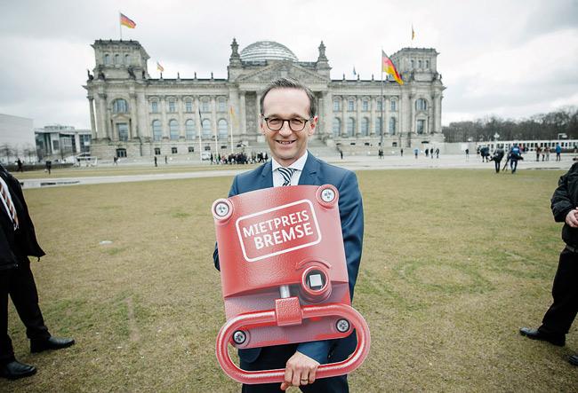 Justizminister Maas mit 'Mietpreisbremse' vor dem Reichstag