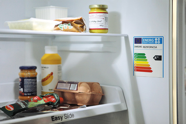 Kühlschrankinnenansicht mit Energielabel
