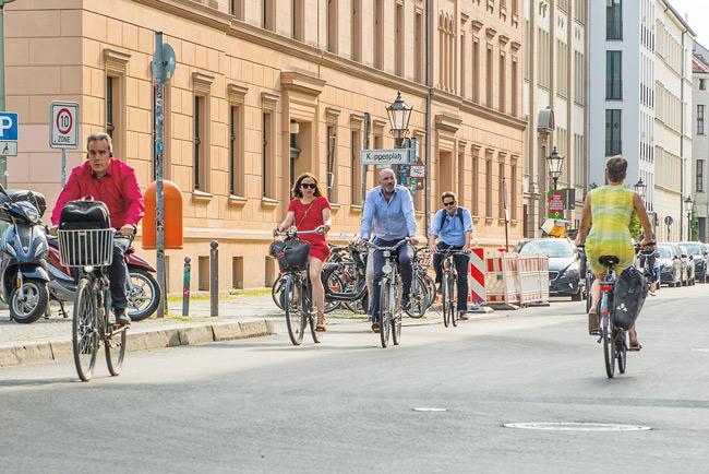 Straße mit Radfahrern