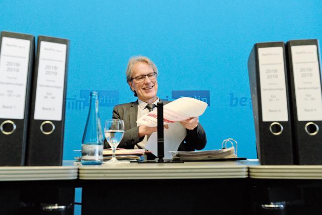 Finanzsenator Kollatz-Ahnen mit Aktenordnern
