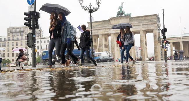 Pariser Platz und Brandenburger Tor im Regen
