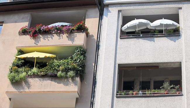 Aufgespannte Sonnenschirme auf den Balkonen