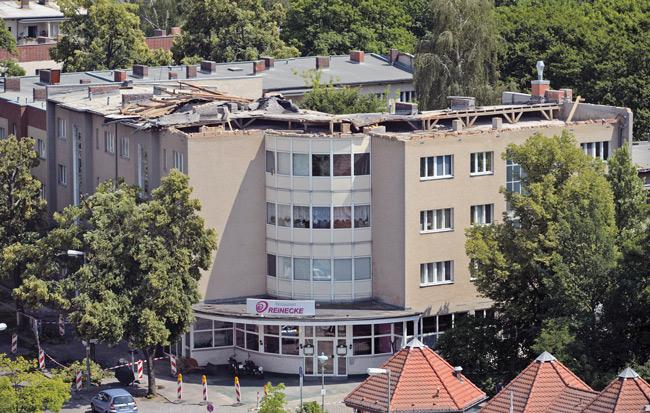 Zerstörtes Flachdach nach Sturm in Berlin