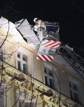 Feuerwehrmann sichert lose Dachteile