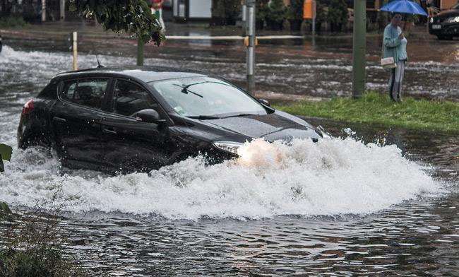 Pkw in überfluteter Straße am 22. Juli 2017