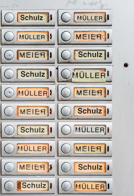 Klingelschilder, alle auf Müller, Meier, Schulz lautend