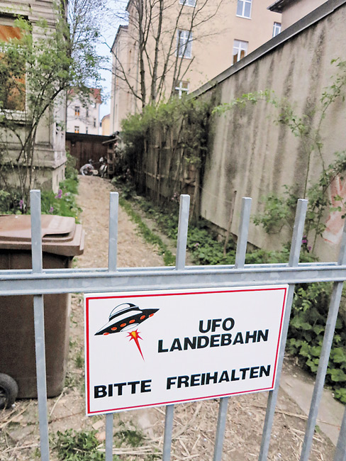 """Leserfoto November 2017 - Gartentor mit der Aufschrift """"Ufo Landebahn, Bitte freihalten"""""""