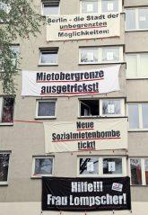 Protestplakate an der Fassade