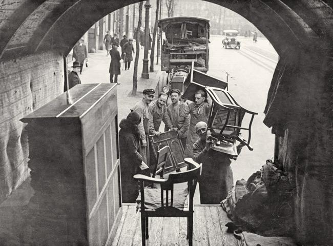 Historisches Foto: Verladen von Umzugsgut
