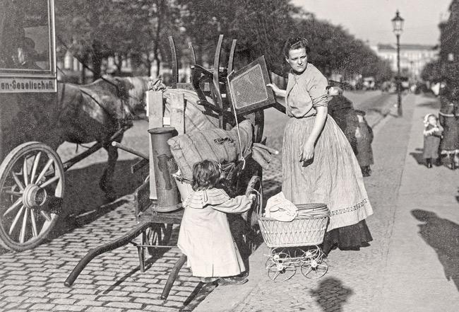 Historisches Foto: Umzug mit 'Sack und Pack'