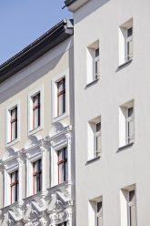 Links Doppelfenster mit Stuck, rechts Isolierfenster und 'Lochfassade'