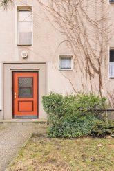 Orangefarbene Haustür in der Siedlung Onkel Toms Hütte