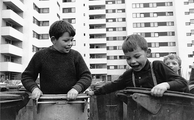Im Märkischen Viertel spielen Kinder mit Mülltonnen