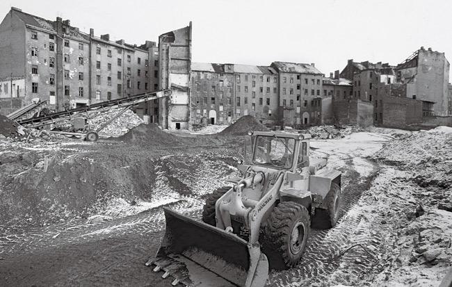 Bagger bei Abriss-Sanierung in Kreuzberg