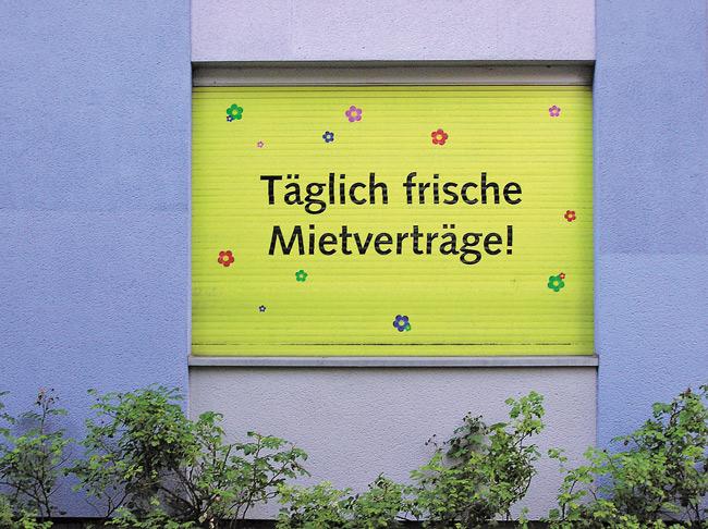 """Leserfoto April 2018: Plakat mit Aufschrift """"Täglich frische Mietverträge!"""""""