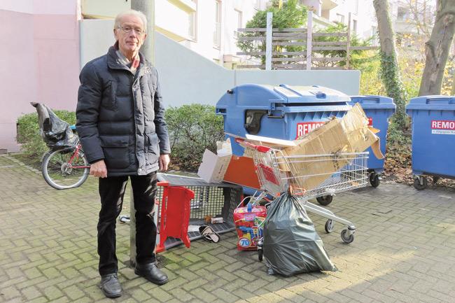 Hermann Rose neben den Mülltonnen und dem Sperrmüll