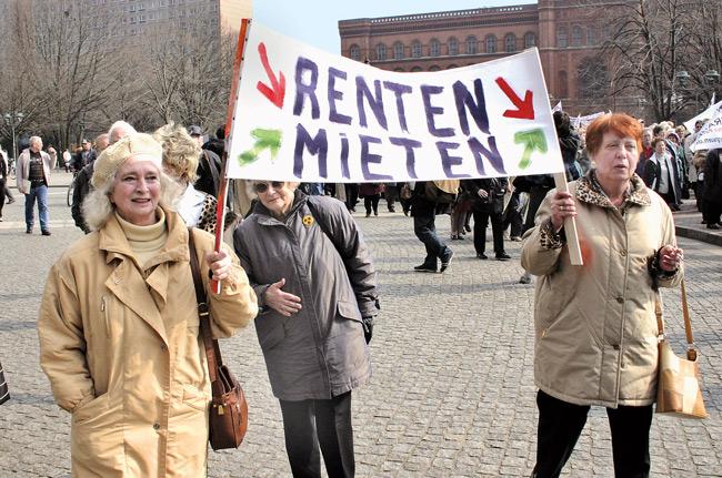 Rentnerinnen mit Protestplakat