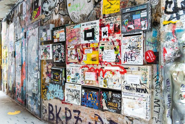 Mit Graffiti überzogene Briefkästen