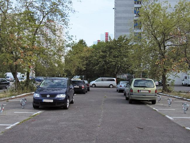 Leserfoto Mai 2018: Autos parken vor abgesperrten Mieterparkplätzen