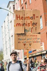 Demonstrant mit Transparent