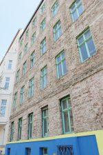Marode Fassade des leerstehenden Mietshauses