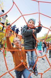 Spielende Kinder im Kletterseilgarten